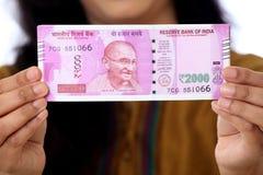 Mão que guarda 2000 notas da rupia Imagem de Stock