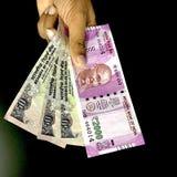 Mão que guarda notas indianas da moeda fotografia de stock royalty free