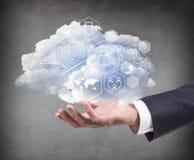 Mão que guarda a nuvem com ícones digitais diferentes Imagens de Stock