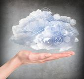 Mão que guarda a nuvem com ícones digitais diferentes Foto de Stock Royalty Free