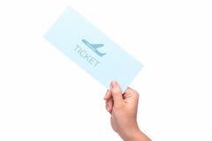 Mão que guarda o bilhete de ar no aeroporto Fotos de Stock Royalty Free