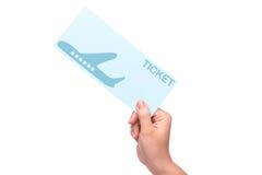 Mão que guarda o bilhete de ar no aeroporto Fotos de Stock