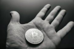 Mão que guarda o bitcoin Foto do estilo do vintage de Tonned Fotografia de Stock