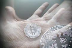 Mão que guarda o bitcoin transparente Exposição dobro de Tonned Fotografia de Stock Royalty Free