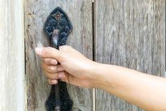 Mão que guarda o botão de porta foto de stock royalty free
