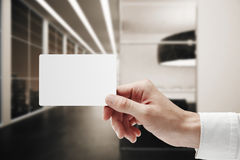 Mão que guarda o cartão, conceito da empresa Fotos de Stock
