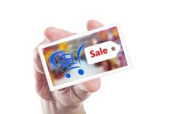 Mão que guarda o cartão da venda da compra foto de stock royalty free