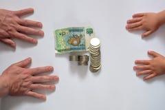 Mão que guarda o dinheiro no fundo branco Imagens de Stock