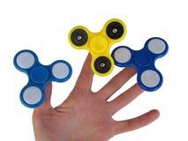 Mão que guarda o girador popular do brinquedo da inquietação foto de stock