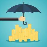 Mão que guarda o guarda-chuva para proteger o dinheiro Fotos de Stock Royalty Free