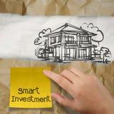 Mão que guarda o investimento esperto Fotos de Stock Royalty Free