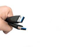 Mão que guarda o isolado do cabo de dados de USB 3 imagens de stock