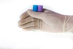 Mão que guarda o laboratório do tubo Fotos de Stock Royalty Free