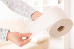 Mão que guarda o papel higiênico fotos de stock