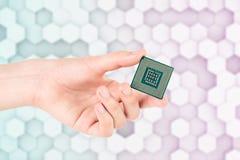 Mão que guarda o processador Chip On Light Hexagon Background do computador imagem de stock