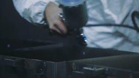 Mão que guarda o pulverizador do revestimento do pó modo semiautomático dos produtos do revestimento do pó filme