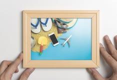 Mão que guarda o quadro de madeira para o curso do verão Fotos de Stock Royalty Free
