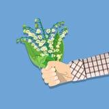 Mão que guarda o ramalhete Lily Of The Valley Foto de Stock Royalty Free