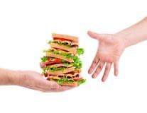 Mão que guarda o sanduíche fresco Fotos de Stock Royalty Free