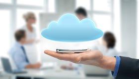 Mão que guarda o smartphone com nuvem Foto de Stock