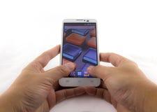 Mão que guarda o smartphone móvel. Conceito móvel da fotografia. Iso Imagem de Stock Royalty Free