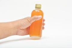 Mão que guarda o suco de fruto fresco da paixão Fotografia de Stock