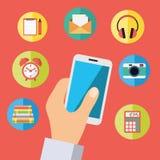 Mão que guarda o telefone celular com ícones Imagens de Stock
