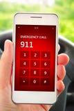 Mão que guarda o telefone celular com emergência número 911 Imagens de Stock