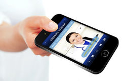 Mão que guarda o telefone celular com Web site do centro médico Imagem de Stock Royalty Free