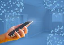 Mão que guarda o telefone com conectores imagem de stock royalty free