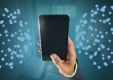 Mão que guarda o telefone com conectores em casa fotos de stock