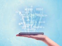 Mão que guarda o telefone com números digitais Imagem de Stock