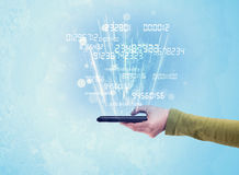 Mão que guarda o telefone com números digitais Foto de Stock