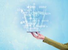 Mão que guarda o telefone com números digitais Imagens de Stock