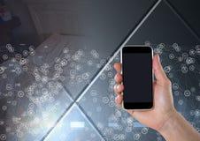 Mão que guarda o telefone com os conectores sobre a transição ilustração royalty free