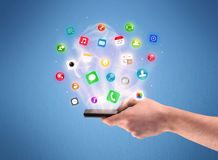 Mão que guarda o telefone da tabuleta com ícones do app Fotografia de Stock