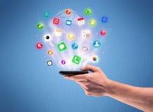 Mão que guarda o telefone da tabuleta com ícones do app Imagem de Stock Royalty Free