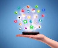 Mão que guarda o telefone da tabuleta com ícones do app Fotografia de Stock Royalty Free
