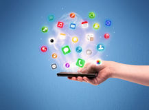 Mão que guarda o telefone da tabuleta com ícones do app Foto de Stock Royalty Free