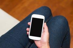 Mão que guarda o telefone esperto com tela vazia Fotografia de Stock Royalty Free
