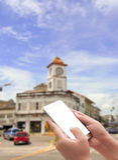Mão que guarda o telefone esperto na cidade imagem de stock royalty free