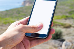 Mão que guarda o telefone esperto na natureza Imagem de Stock Royalty Free