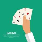 A mão que guarda quatro cartões de jogo ilustração do vetor