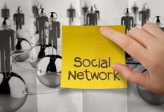 Mão que guarda a rede pegajosa do social da nota Foto de Stock