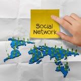 Mão que guarda a rede social 3d da nota pegajosa Imagem de Stock Royalty Free