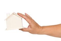 Mão que guarda a representação da casa fotografia de stock royalty free