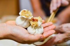 Mão que guarda Shaomai, bolinhas de massa chinesas do arroz imagem de stock royalty free