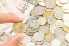 Mão que guarda Tailândia duas moedas do baht Imagem de Stock Royalty Free