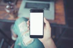 Mão que guarda a tela do branco do smartphone Imagem de Stock