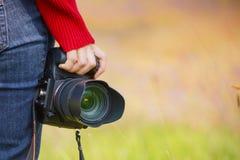 Mão que guarda um camer digital Imagens de Stock Royalty Free